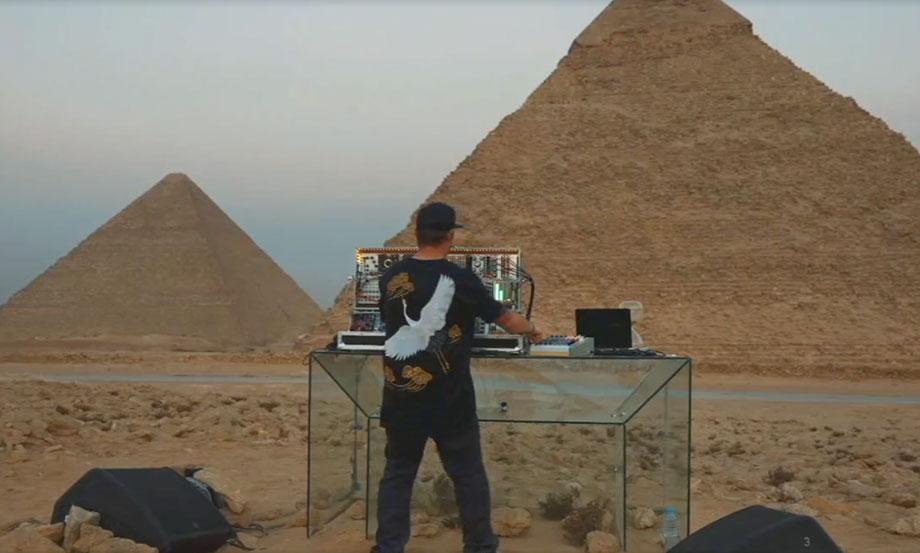 Mira a Sébastien Léger tocando en las Pirámides de Giza
