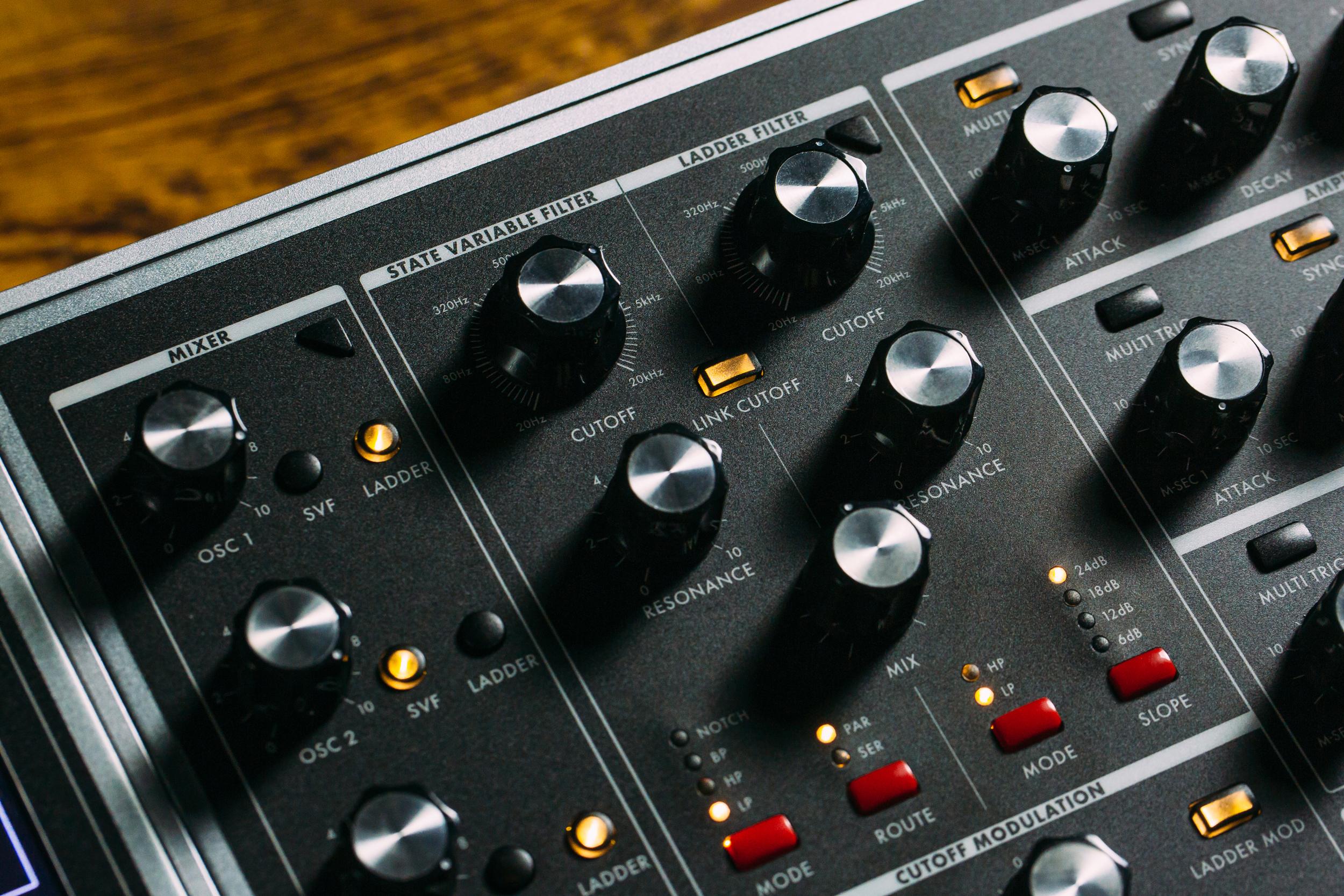 Moog Music enfrenta demandas por discriminación de género e incumplimientos de contrato